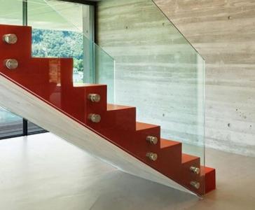 Parapetto per la scala interna di uno showroom – Modena
